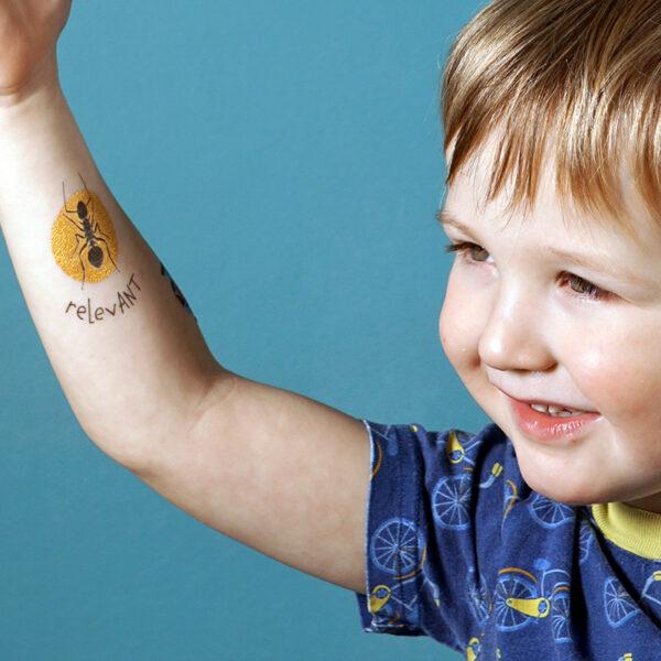 TUTATA Gold Tattoo Relevant auf einem Arm